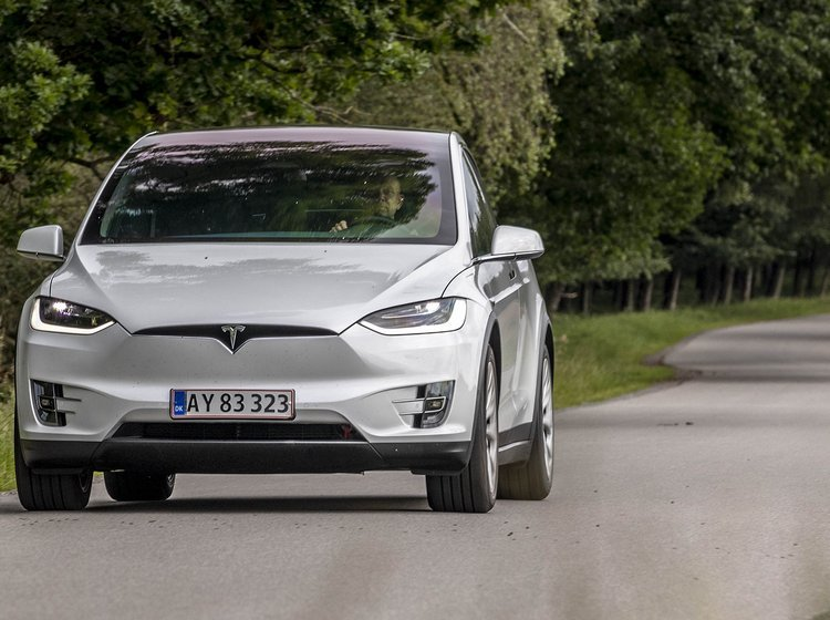 Tesla Model X set forfra